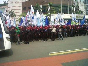 merayakan ulang tahun dengan ribuan buruh
