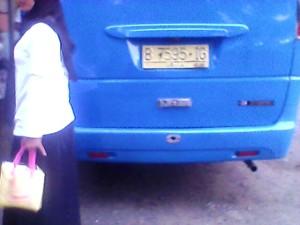 mobil travel yang mengantarkan Rina (bukan nama sebenarnya)