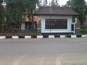 Letak rumah makan berdekatan dengan kantor Kecamatan